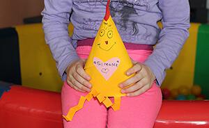 """Klenčí pod Čerchovem ist eine Kleinstadt fast an der deutschen Grenze. Das Haus """"Robinson"""" bietet sofortige Hilfe und Unterstützung für Kinder, die in Not geraten sind. Genauer: misshandelte, missbrauchte oder vernachlässigte Kinder oder solche, deren Eltern drogen- oder alkoholabhängig sind oder die in eine finanzielle oder Wohnungsnot geraten sind. DEICHMANN hat dem Haus """"Robinson"""" Gutscheine geschenkt, für die die Kinder neue Schuhe bekommen-Teaser"""