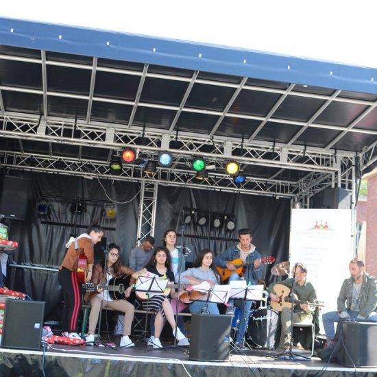 Bühne mit jungen Musikern