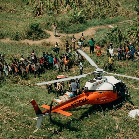 Hubschrauber mit Hilfslieferungen